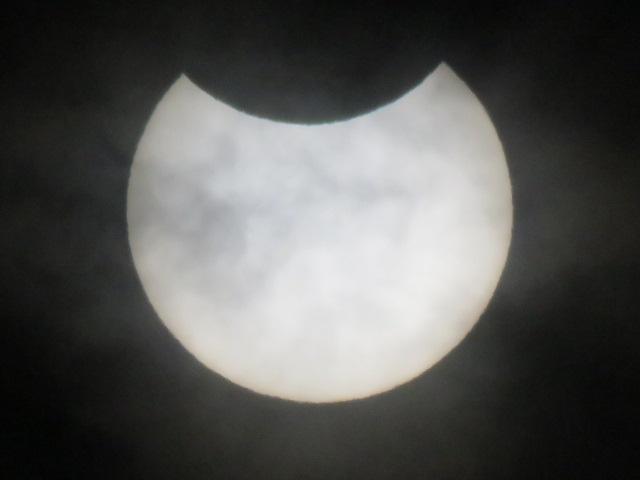 川崎市内で見られた日食は上部からかけ始めた。太陽撮影用フィルターを装着した2000ミリ相当の望遠レンズを使用(撮影=加藤恵三)