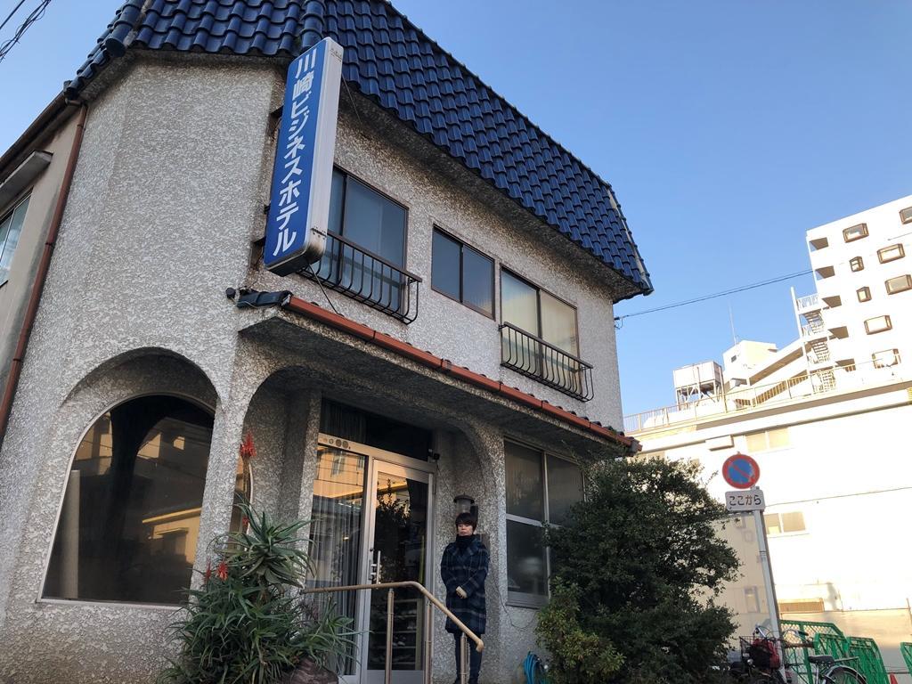 改装前の玄関に立つオーナーの斉藤さん