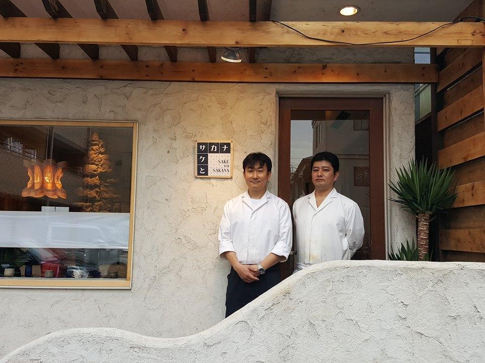店舗の前で、内藤さん(左)と粟屋さん(右)