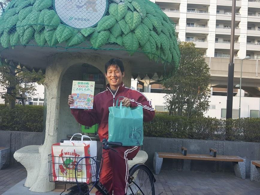 自転車で市内を回り、寄贈者のところに本を受け取りに行く