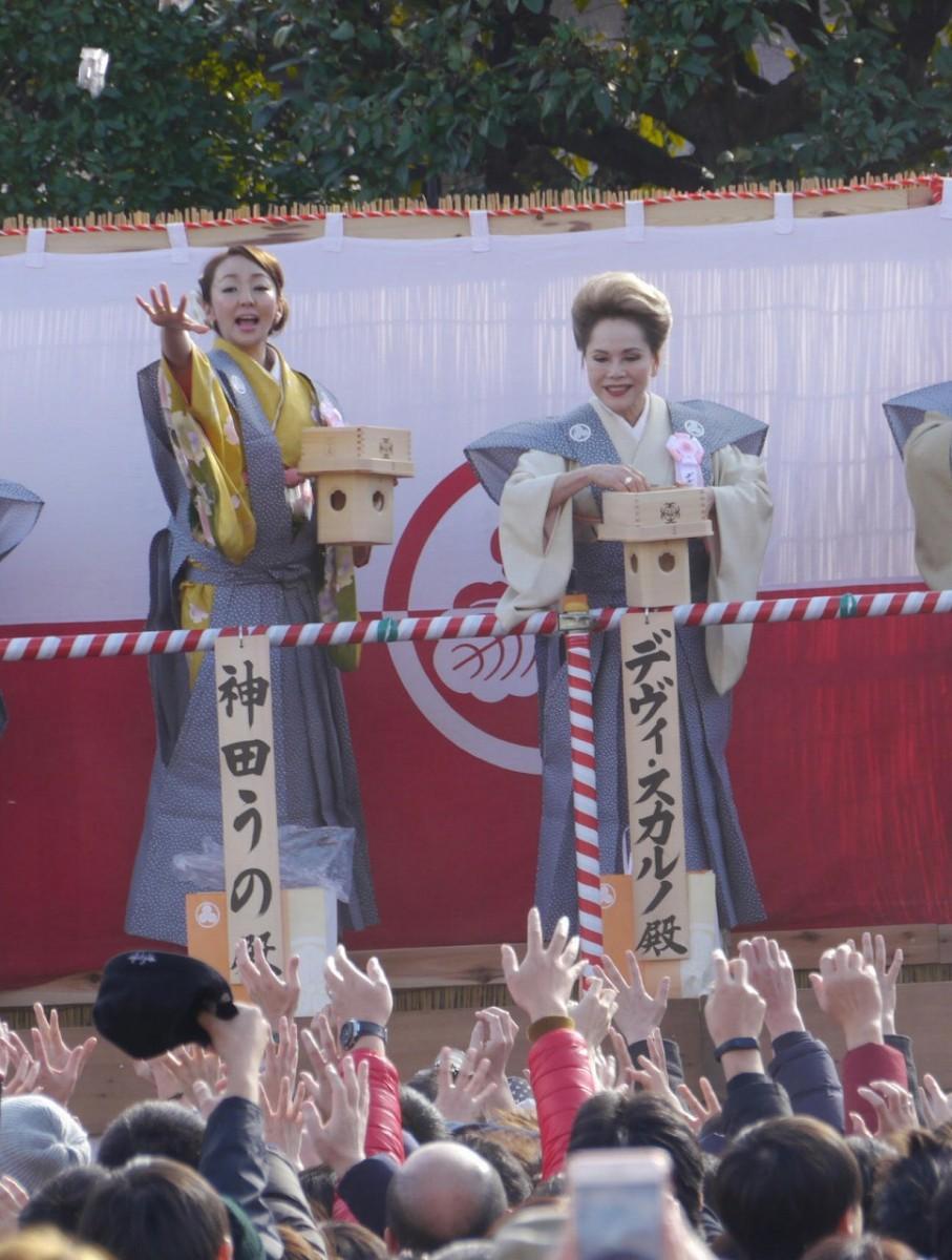 デヴィ夫人(右)と神田うのさん(左)が豆まき