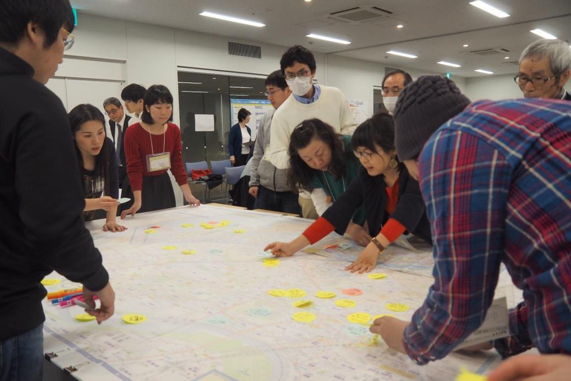 巨大地図に情報を書き込むワークで盛り上がる様子