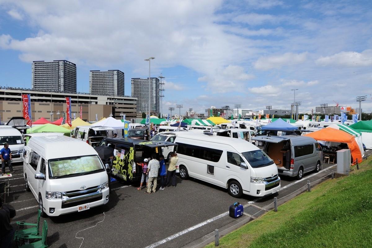 多彩なキャンピングカーが展示される(昨年の様子)