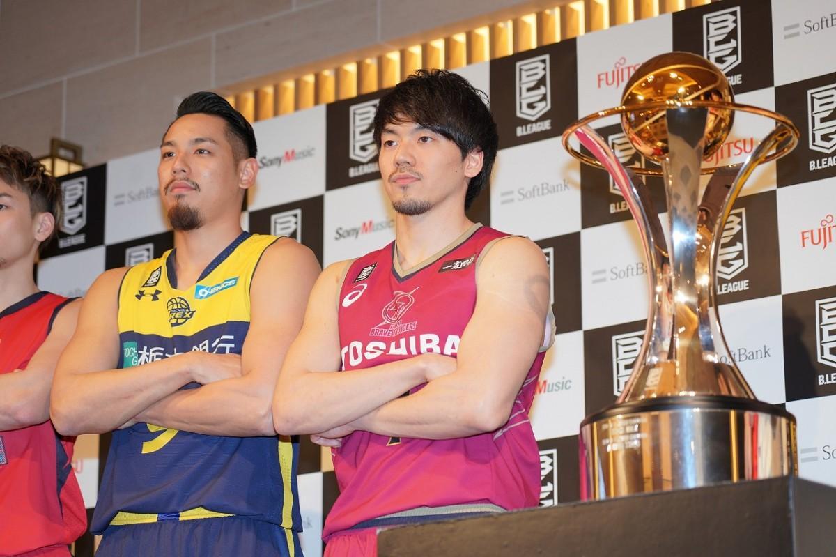 川崎ブレイブサンダースの篠山竜青選手(右)と、栃木ブレックスの遠藤祐亮選手(左)。画像右はティファニーがデザインしたチャンピオントロフィー