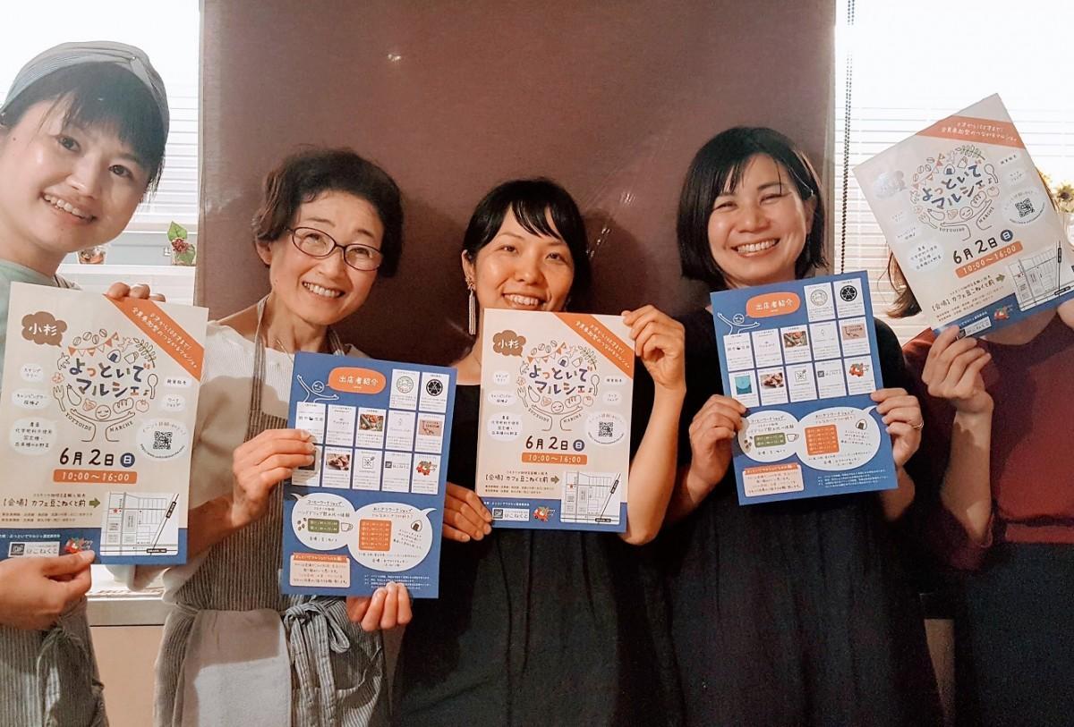 マルシェの企画をするワクワクワークのスタッフと菅野さん(中央)