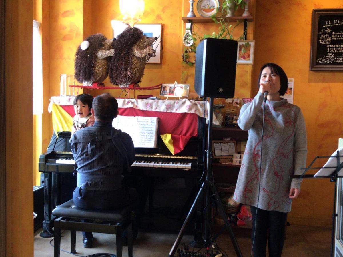 ピアニストの水岡のぶゆきさんと歌手のCAMARUさん