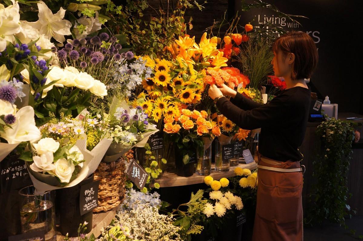 希望に応じた花束をアレンジする店長の鈴木店長