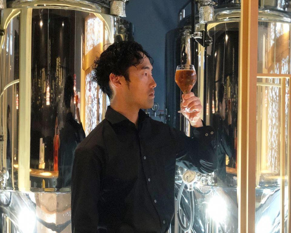 ゴールド・エクスペリエンスを眺める醸造技師の田上さん