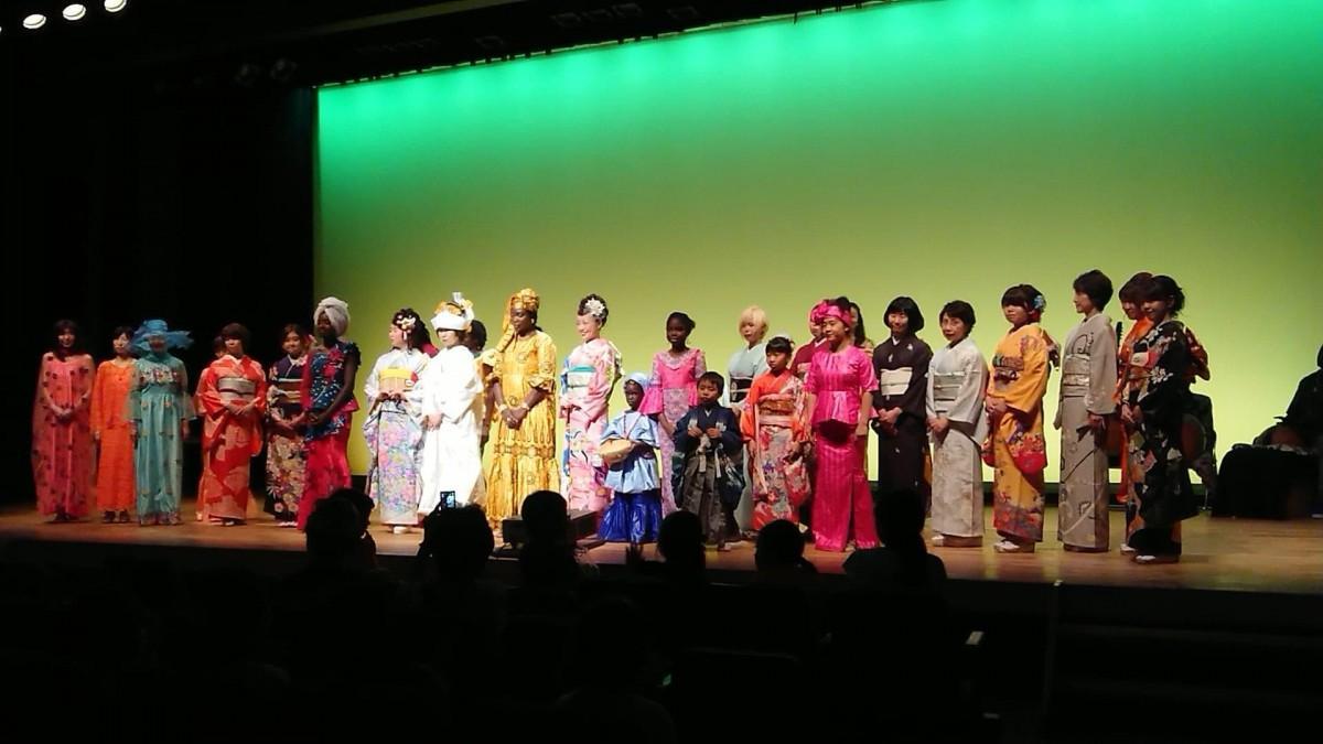 セネガルやマリの図柄が目を引いたファッションショー