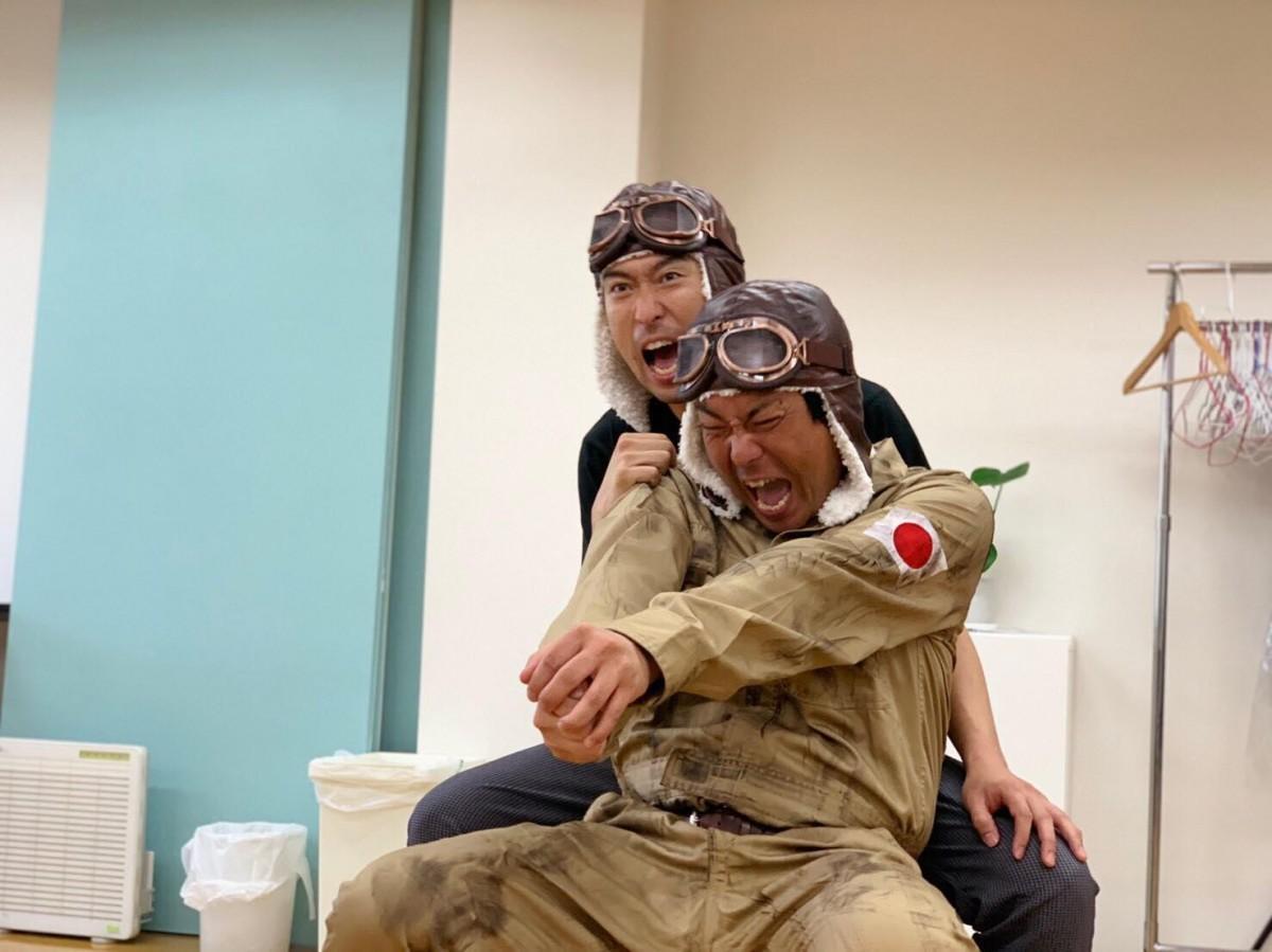 芝居の稽古に取り組むアップダウンの二人