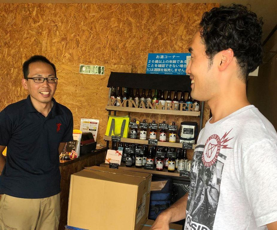 被災した瓶ビールを引き取りに来た田上さん(右)、鋸南麦酒の岡村さん(左)