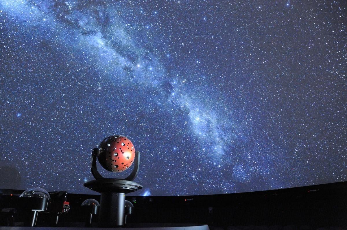 宙と緑の科学館(青少年科学館)のプラネタリウムは年代を問わず人気がある