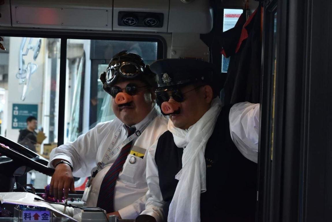 川崎市営バスの運転手が仮装して乗客を迎え入れる