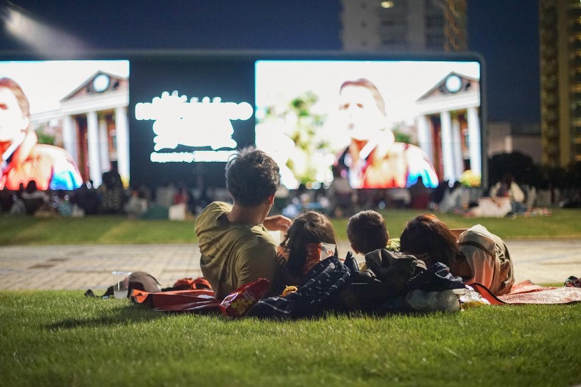 競馬場内の芝生広場で寝転びながら鑑賞ができる