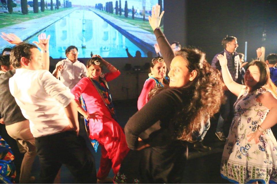 観客も巻き込んで盛り上がるインド人コミュニティーによるダンス