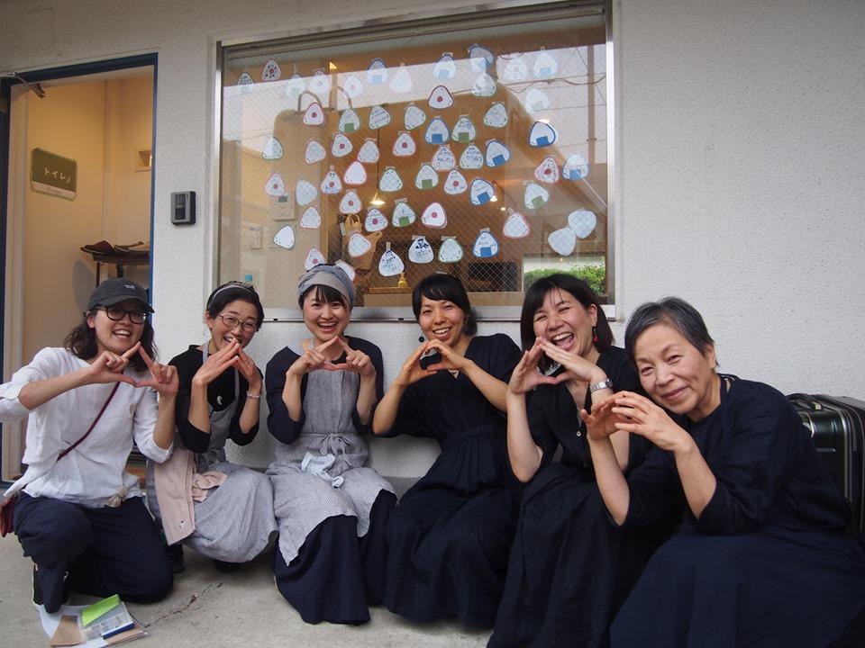 菅野さん(中央)三浦さん(右から二人目)とワクワクワークのメンバー