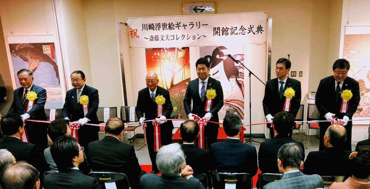 テープカットをする斎藤文夫さん(中央左)と福田市長(中央右)ら