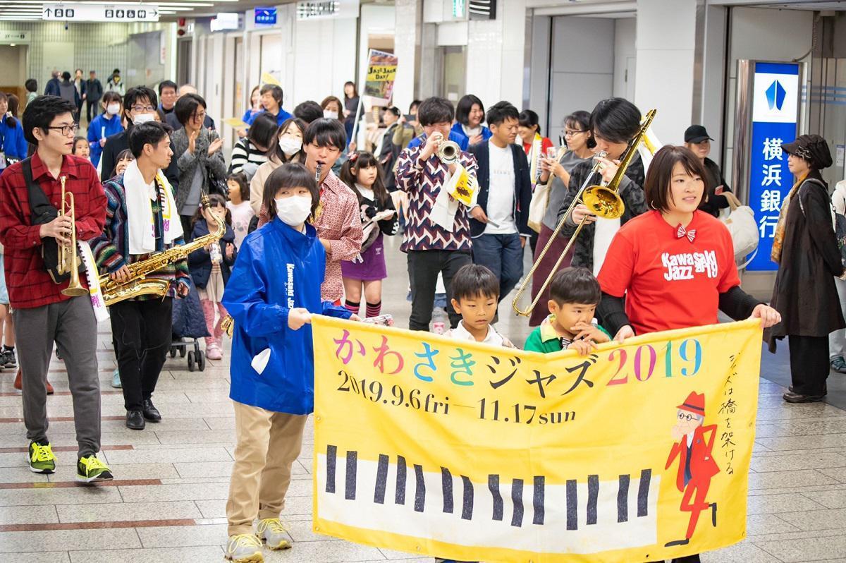 JAZZ JACK DAYのパレードでは子どもたちも手作り楽器を鳴らして参加した ©かわさきジャズ