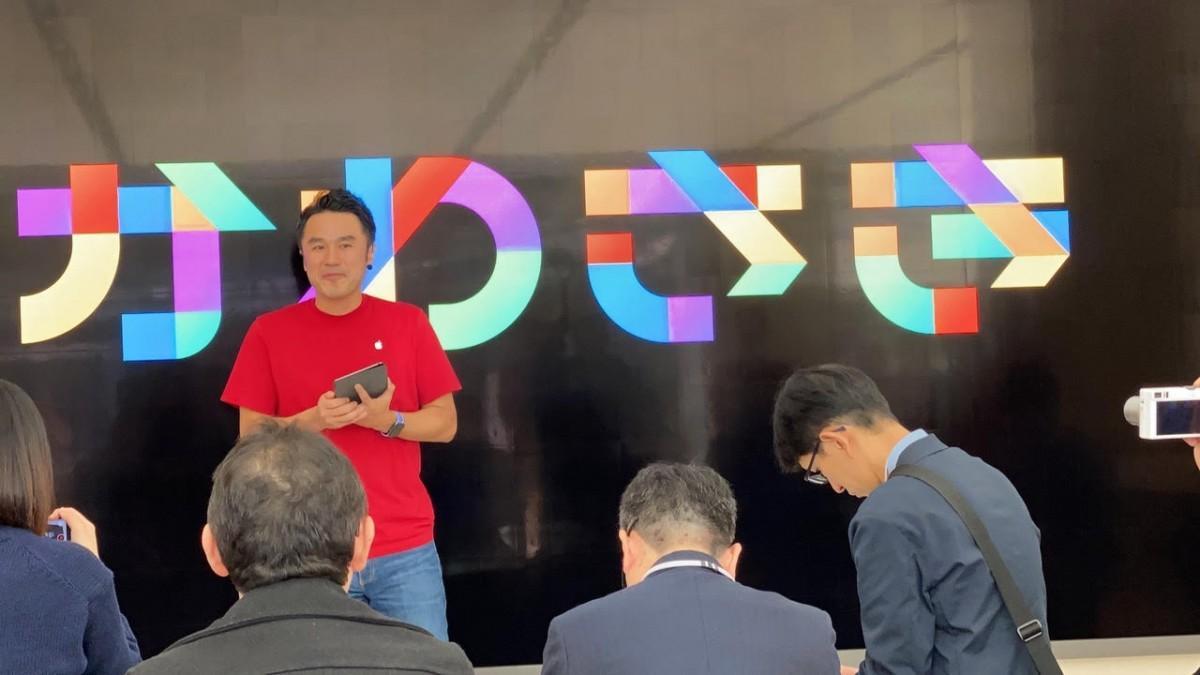 12日に行われた内覧会で、ストアの説明をするストアリーダーの野田哲史さん