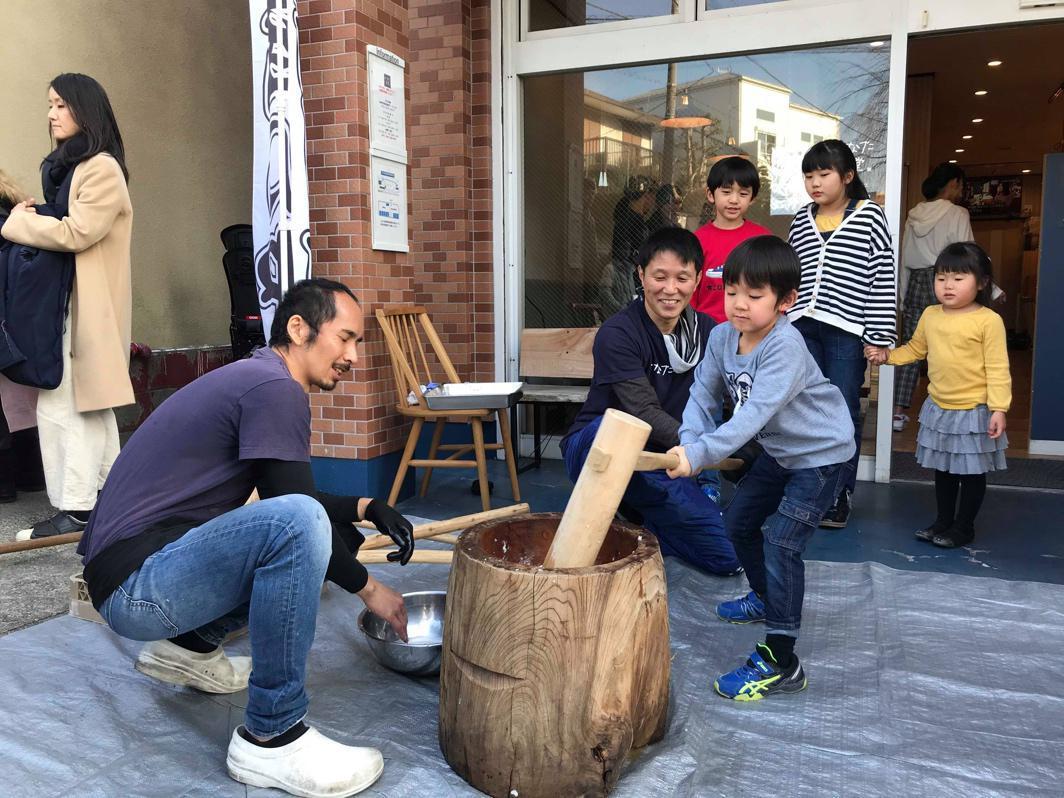 地域の子どもたちが餅つきを体験、左は店長の内田徹さん