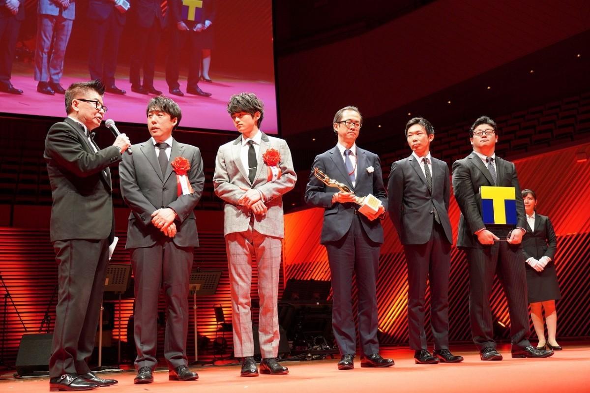 日本映画大賞に選ばれた「蜜蜂と遠雷」(石川慶監督)の表彰の様子