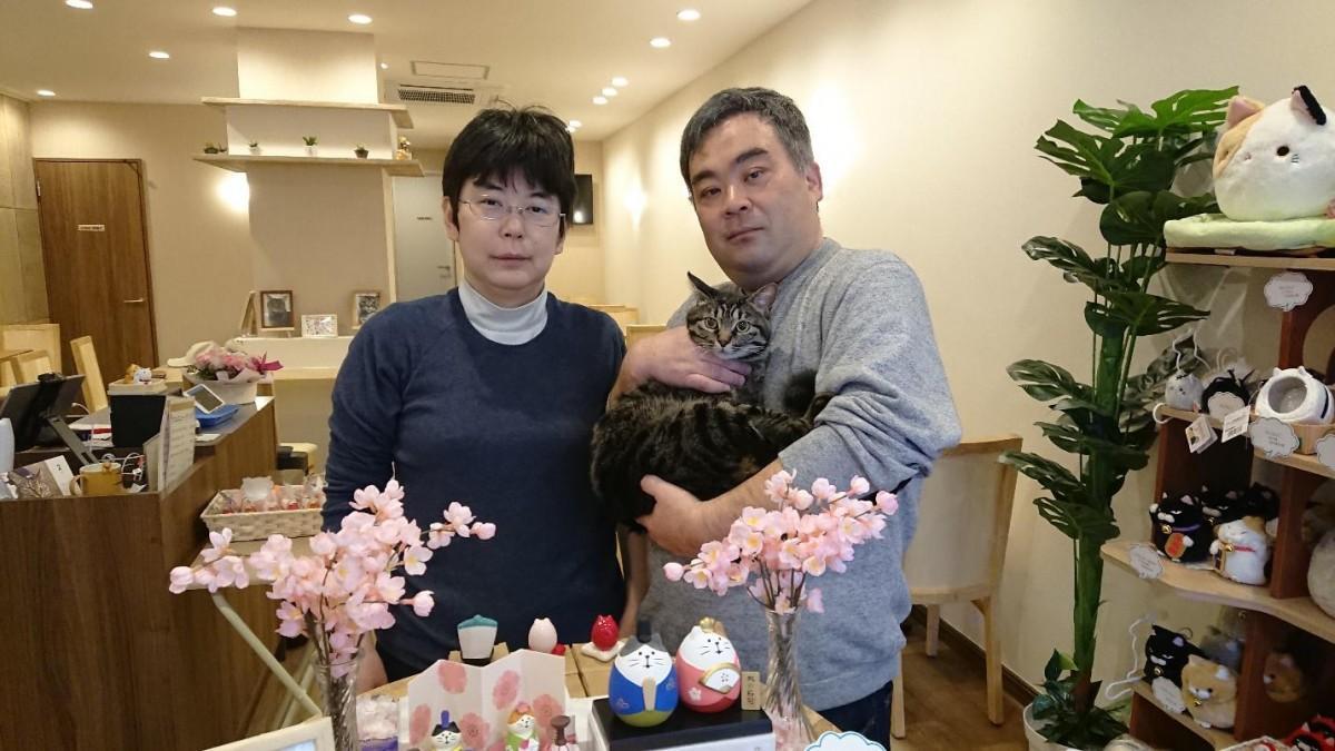 オーナーの田端靖弘さんと孝子さん。猫のハルちゃんとともに