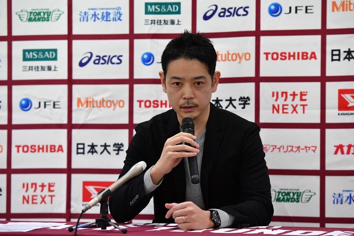 試合中止後に行われた記者会見で、状況を報告するBリーグの増田匡彦 広報担当(撮影=加藤恵三)