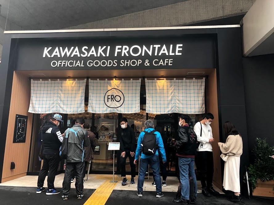 雨の中「フロカフェ」の開店を待つ人々、店内ではスタッフが最終確認を行っている