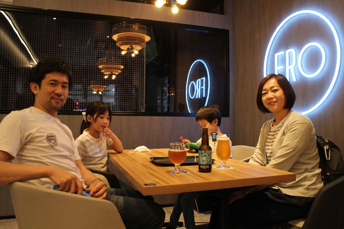 家族4人で来店した山川輝さんはお目当てのオリジナルクラフトビール「FRO AGARI YELL(風呂あがりエール)」を手にニッコリ