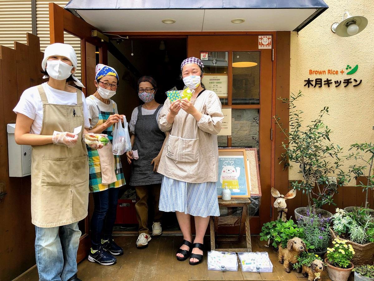 木月キッチンの時田正枝さん(左)と、子ども食堂を支えるスタッフ