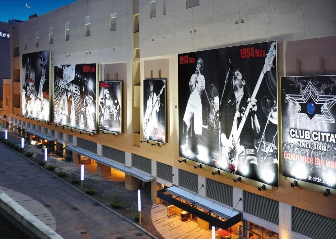 施設の壁面にこれまで出演した歴代アーティストらの写真が並ぶ(提供=畔柳ユキ)