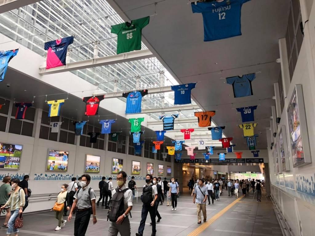 JR川崎駅北口通路に合同展示されたフロンターレと市内の少年・少女サッカーチームのユニホーム