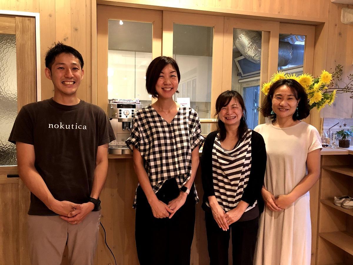 平松あずささん(左から2人め)と、スタジオ・カリヨンを支える仲間たち