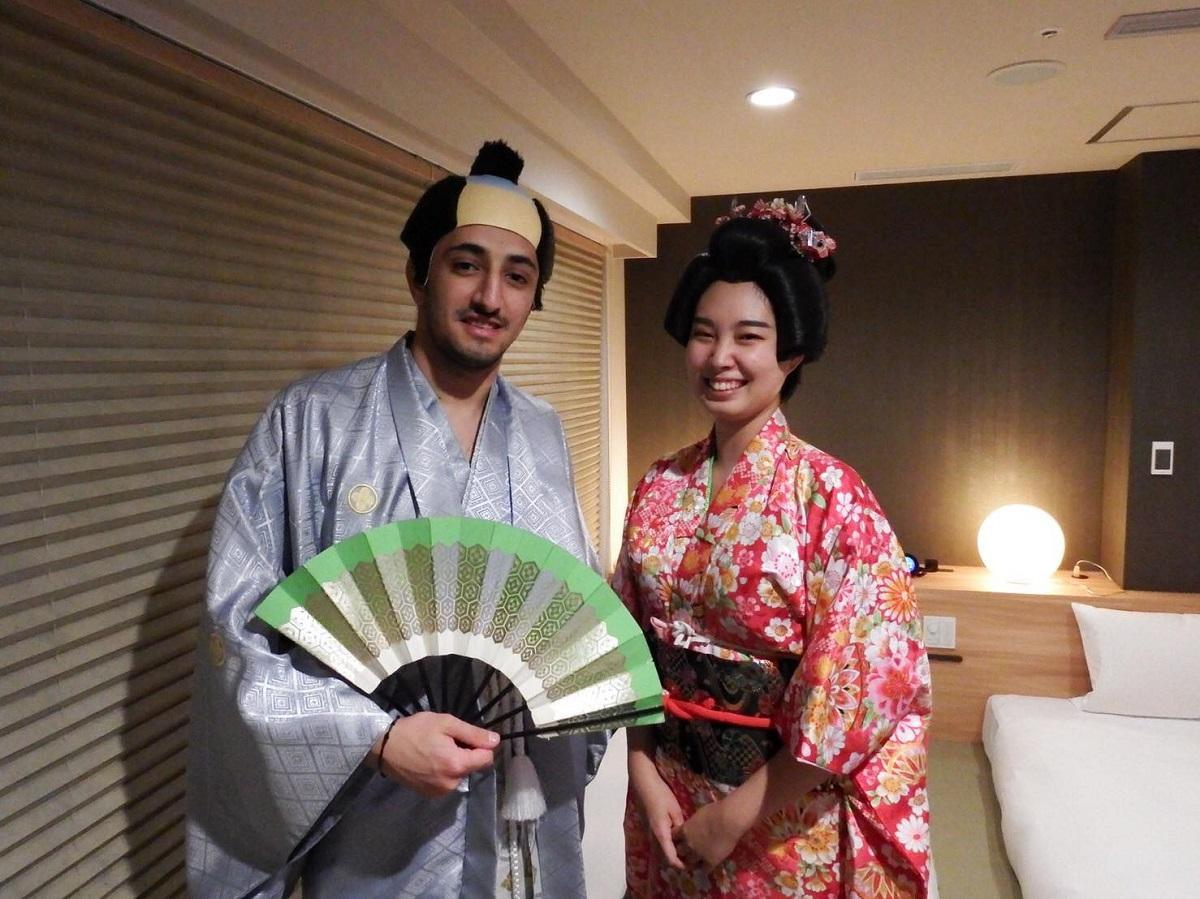ホテル縁道の客室「TSUBAKI」で、殿と姫に扮する宿泊客