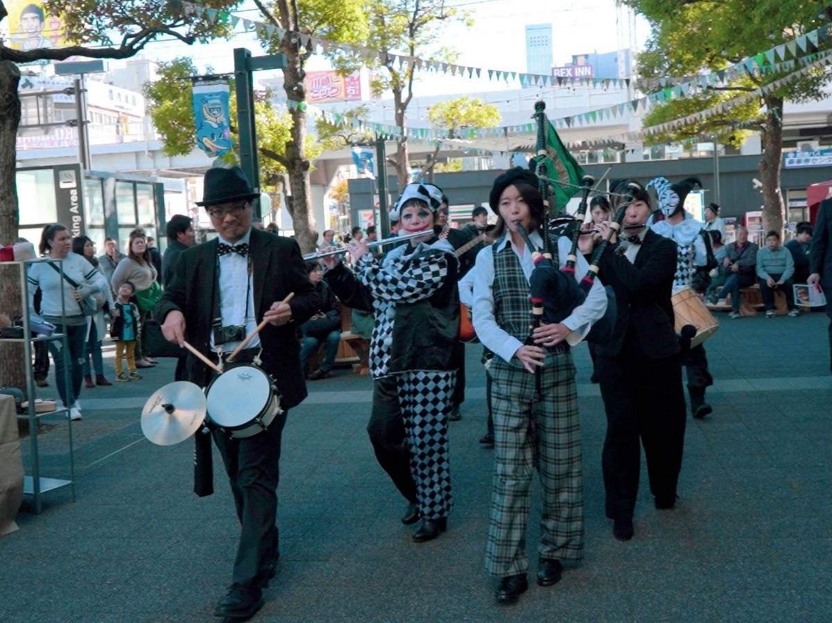 路上でアイリッシュミュージックのパフォーマンスをするマッキャンズ楽団(昨年の様子)
