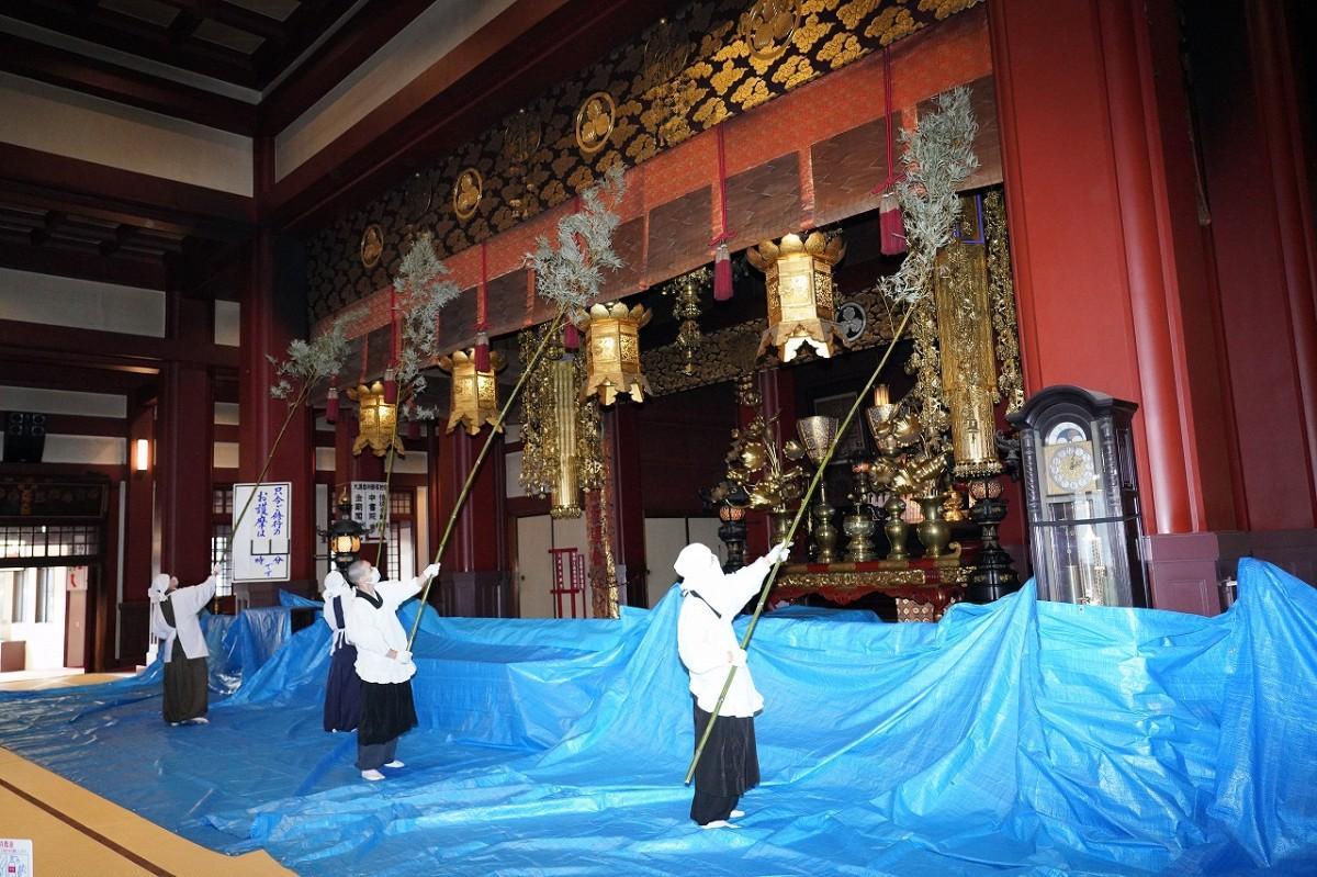 12月25日に行われた師走恒例の川崎大師・大本堂の「すす払い」