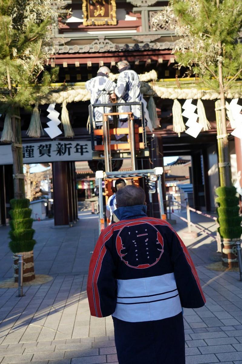 川崎大師・大山門前に玉飾りを取りつける作業