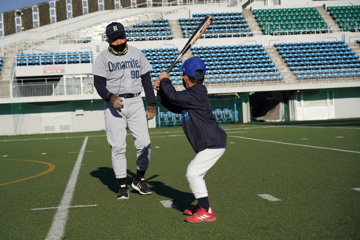 野球教室で「上手、上手」と参加者をほめながら指導するパンチ佐藤さん