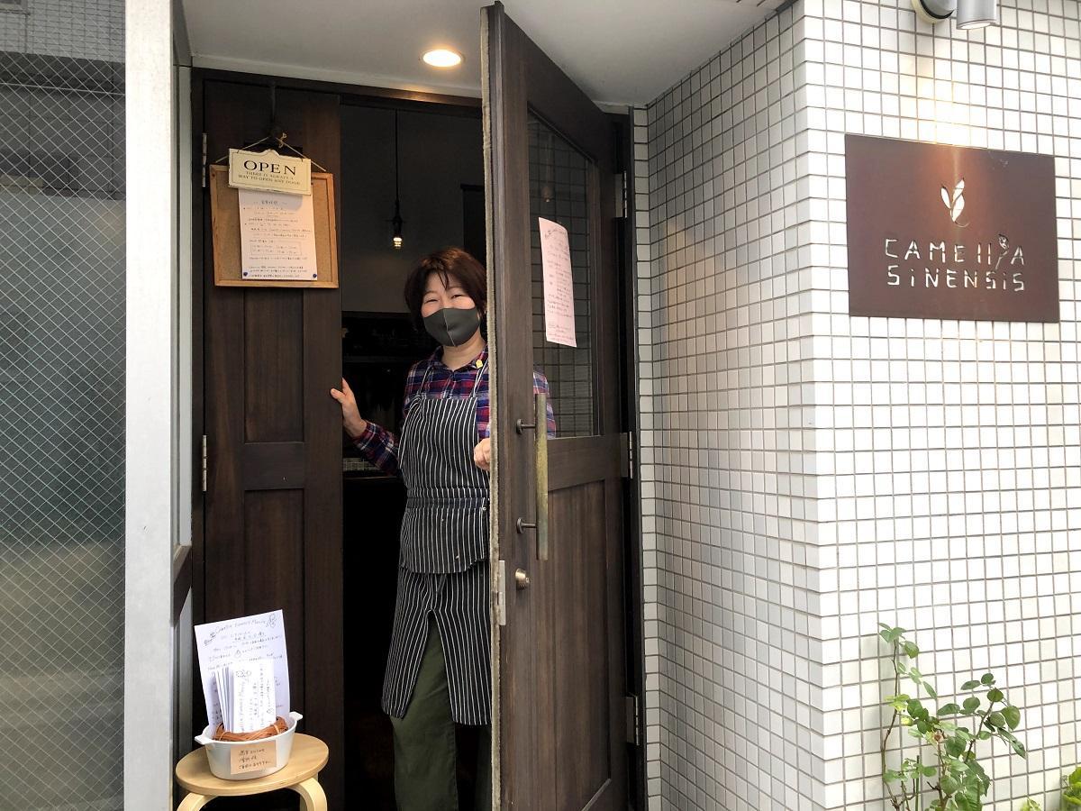 週末限定マルシェを行っている「Camellia sinensis(アトリエ カメリアシネンシス)」店主の臼田文さん