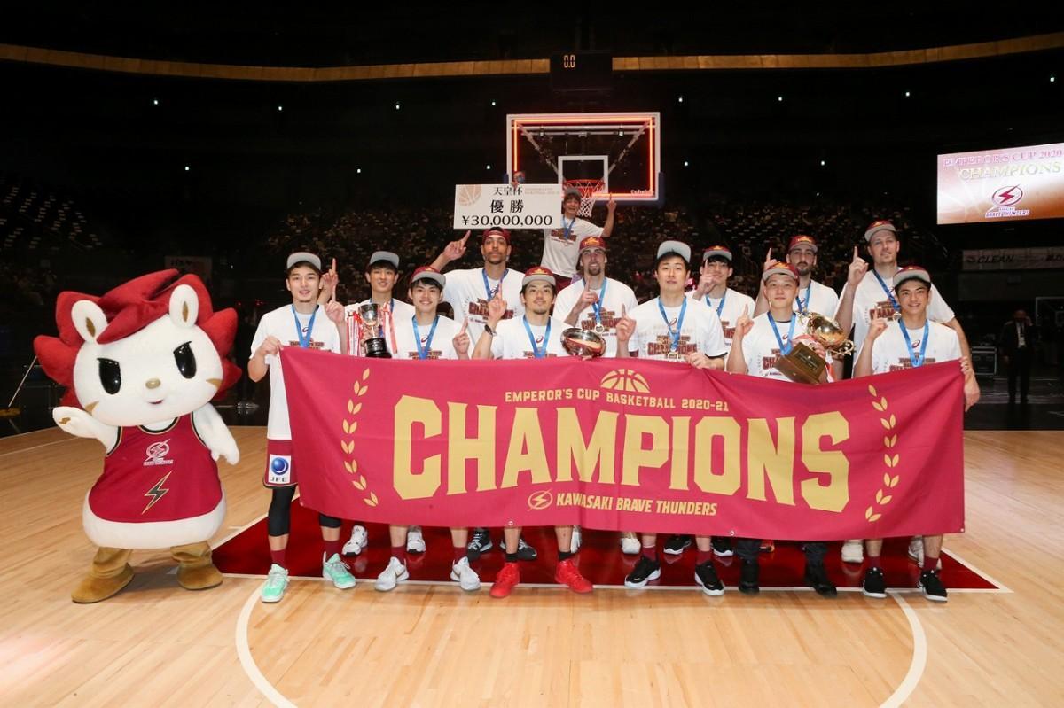 「第 96 回天皇杯 全日本バスケットボール選手権大会」で優勝した川崎ブレイブサンダース。中央奥に辻直人選手が「優勝」のボードを持つ(写真提供=日本バスケットボール協会)