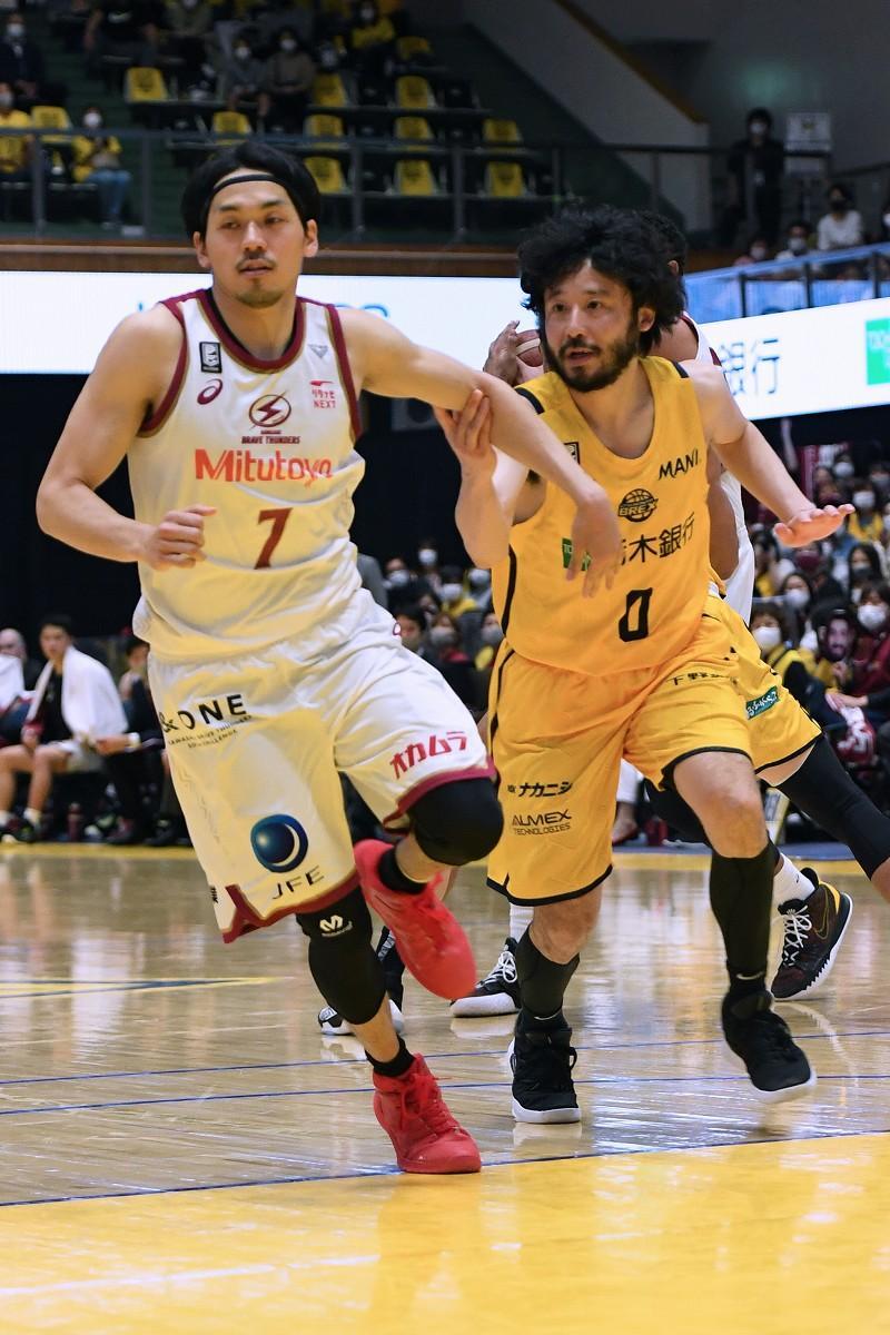 今季のゲームで互いにマッチアップする篠山竜青(#7)と田臥勇太(#0)の両選手(撮影=加藤恵三)