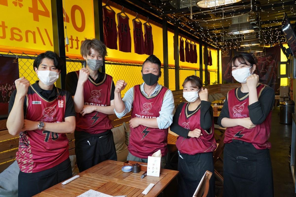 「ナチュラ」の平野晃一店長やスタッフが古くから愛用しているユニフォームを着て「明日があるし来季がある。川崎には多くのファンもいる」と選手やスタッフにエール。(撮影=5月23日午前)