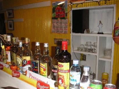 ブラジルの代表的なカクテル「カイピリーニャ」に使用するブラジルの焼酎「カシャーサ」も多種揃う