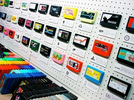 店内には、オリジナルデザインのファミカセが並ぶ