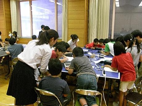 「点字テプラ」を使いラベルを作る児童たちの様子
