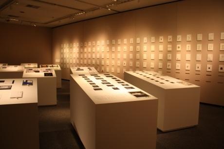 「原研哉デザイン展 『本』 友人、原田宗典がモノ書きだったおかげで」の展示風景