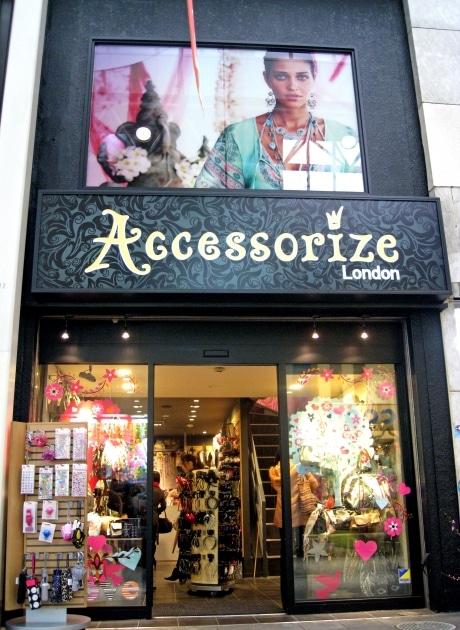 吉祥寺サンロード商店街にオープンした、ロンドン発のファッション小物専門店「アクセサライズ吉祥寺店」