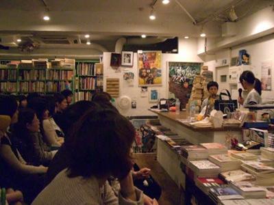 セレクト古書店「百年」で行われた、井口奈己監督と甲斐みのりさんのトークイベントの様子