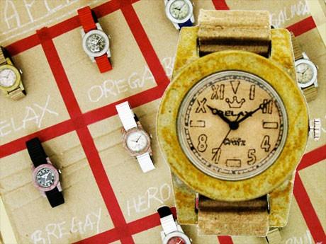 「オレガ」「サイコー」「リラックス」などの紙製パロディー時計