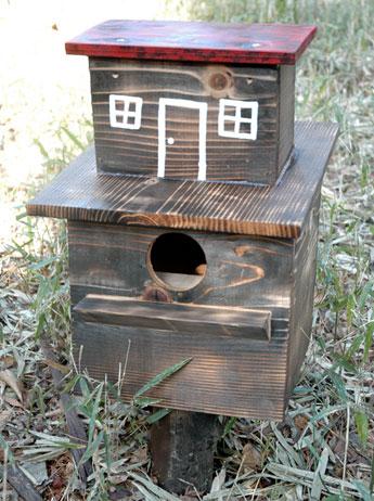 展示用に屋根を作った同園のリス小屋